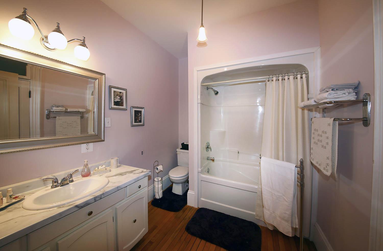 Bathroom in summer room in Summerside Inn Bed and Breakfast