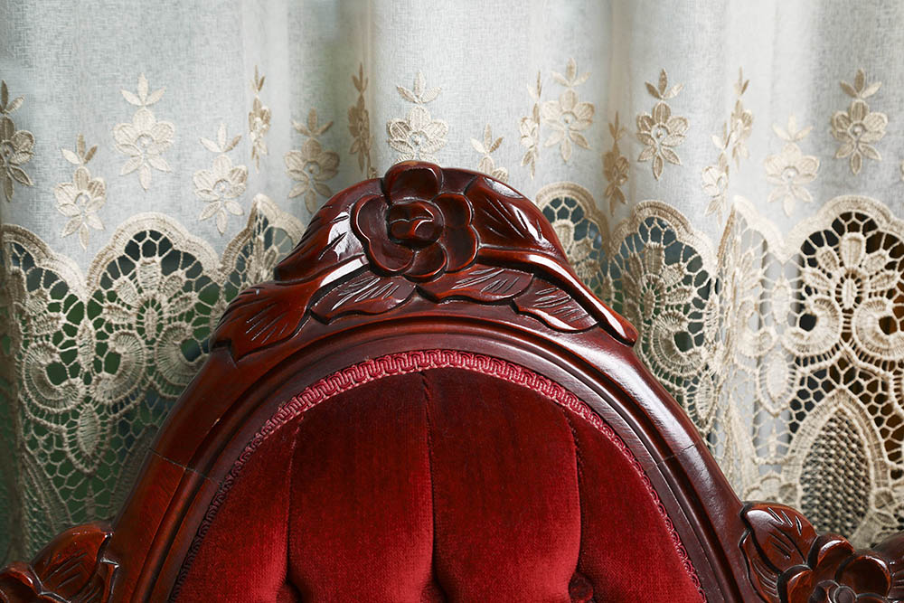 Red Couch in Summerside Inn Bed and Breakfast